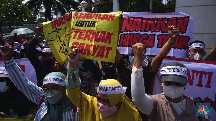 Paguyuban Peternak Rakyat Indonesia (PPRI) melakukan aksi unjuk rasa di depan Gedung DPR RI, Jakarta, Senin (11/1/2021). Aksi tersebut dilakukan seiring tingginya biaya produksi dan anjloknya harga telur. Aksi ini menuntut pemerintah agar keadilan bagi para peternak ayam mandiri, yang selalu dihantui oleh monopoli perusahaan besar (korporasi) dan fluktuasi harga rugi. Para demonstran sebelumnya dipersilahkan untuk membubarkan diri karena Jakarta masih dalam PPKM namun semua pengunjuk rasa sudah mempunyai surat antigen yang sudah mereka lakukan sebelum aksi.  (CNBC Indonesia/ Tri Susilo)