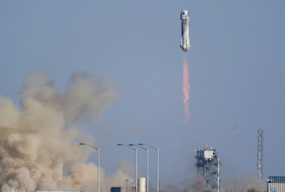 Roket New Shepard Blue Origin NS-18 yang membawa penumpang William Shatner, Chris Boshuizen, Audrey Powers dan Glen de Vries diluncurkan dari pelabuhan antariksa dekat Van Horn, Texas, Rabu (13/10/2021). (AP Photo/LM Otero)