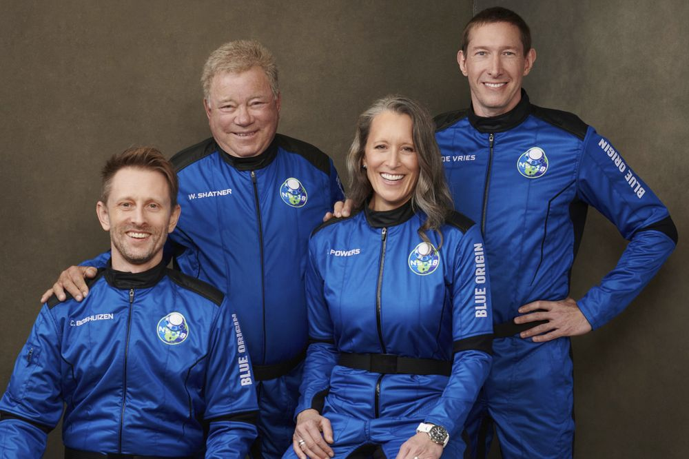 Foto tak bertanggal yang disediakan oleh Blue Origin pada Oktober 2021 ini menunjukkan, dari kiri,Chris Boshuizen, William Shatner, Audrey Powers, dan Glen de Vries menjadi penumpang di kendaraan ruang angkasa New Shepard Blue Origin NS-18.  Peluncuran mereka yang dijadwalkan pada Rabu, 13 Oktober 2021 akan menjadi penerbangan penumpang kedua Blue Origin, menggunakan kapsul dan roket yang sama yang digunakan Jeff Bezos untuk misinya sendiri tiga bulan sebelumnya. (Blue Origin via AP)