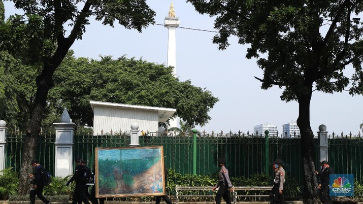 Demonstran yang tergabung dalam Serikat Pekerja Rokok Tembakau Makanan Minuman melakukan aksi berjalan kaki menuju istana negara untuk menyerahkan lukisan di Jakarta, Rabu (13/10/2021). Aksi penyerahan lukisan bergambar buruh petani tembakau kepada Presiden Jokowi ini sebagai bentuk protes atas rencana kenaikan tarif cukai hasil tembakau (CHT) atau cukai rokok tahun depan. Sebelumnya, sebagian pendemo menggelar aksi teaterikal di patung kuda hingga pihak kepolisian memberikan izin untuk perwakilan massa untuk memberikan lukisan ke Istana Presiden. (CNBC Indonesia/ Tri Susilo)