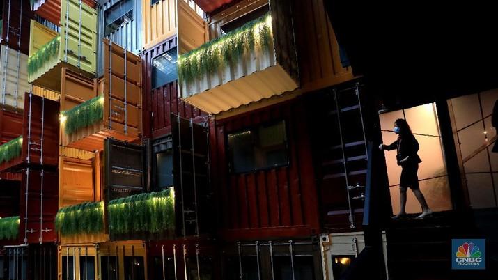 Pemandangan tumpukan kontainer bekas yang dijadikan hotel di kawasan Serpong, Tangerang, Banten, Rabu (13/10/2021). Hotel yang terbuat dari kontainer bekas ini mengusung konsep Industri Modern. Konsep hotel ini pertama yang ada di Provinsi Banten. Terletak di komplek strategis bisnis di sekitar area Serpong, harga nginap mulai Rp400 ribu per malam. Total kontainer untuk membangun hotel ini 177 kontainer. Hotel unik ini dibangun dari susunan kontainer warna-warni yang didesain dengan sangat unik dan memanjakan pengunjungnya. (CNBC Indonesia/ Muhammad Sabki)
