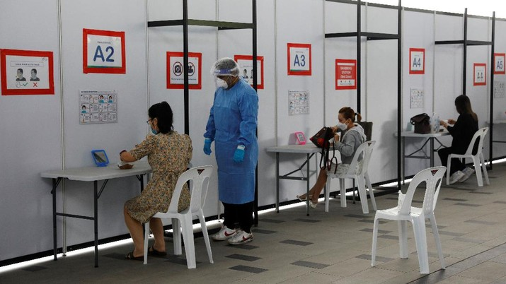 People take their antigen rapid test under supervision, at a Quick Test Centre during the coronavirus disease (COVID-19) outbreak, in Singapore September 28, 2021. REUTERS/Edgar Su