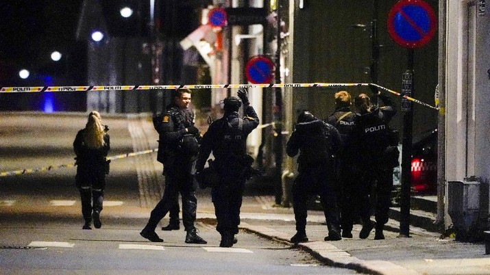 Police stand at the scene after an attack in Kongsberg, Norway, Wednesday, Oct. 13, 2021. Several people have been killed and others injured by a man armed with a bow and arrow in a town west of the Norwegian capital, Oslo. (Hakon Mosvold Larsen/NTB Scanpix via AP)
