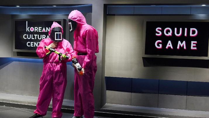 Para peserta permainan honeycomb toffee dari serial Netflix Korea