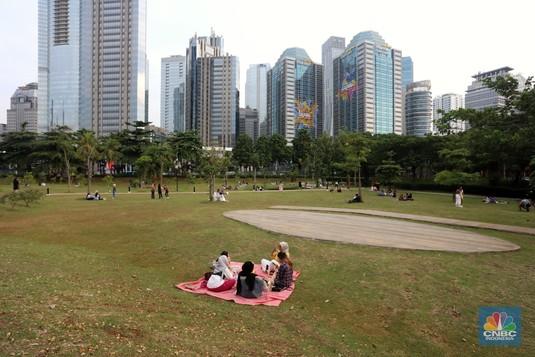 Warga Jakarta Piknik di Antara Hutan Beton Ibu Kota